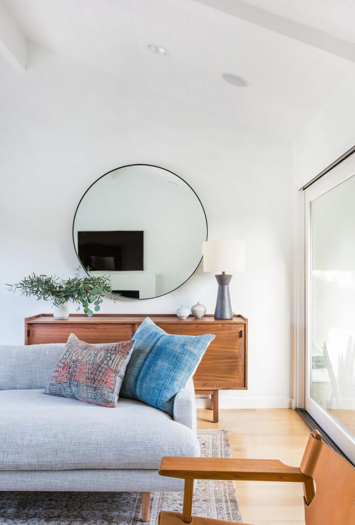 RE-CREATE THE LOOK: 5 MINIMAL OVERSIZED ROUND MIRROR ENTRYWAYS. Hey, Djangles. heydjangles.com. Mid-century modern entryway, round mirror entryway, Bohemian decor, black round mirror, mid-century sideboard. Photo credit: Amber Interior Design.