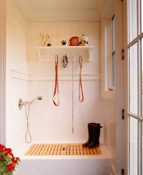 12 GENIUS MUDROOM DOG WASH STATION IDEAS FOR PET LOVERS - Hey, Djangles. heydjangles.com - Image via Arbonies King Vlock.