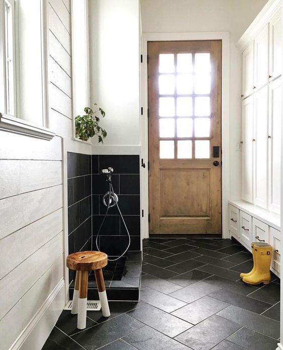 12 GENIUS MUDROOM DOG WASH STATION IDEAS FOR PET LOVERS - Hey, Djangles. heydjangles.com - Farmhouse mudroom with dog wash station, boot wash station. Image: Instagram @hawkes_landing
