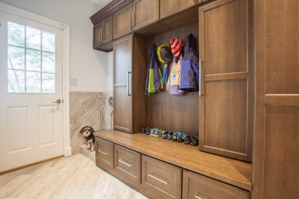 12 GENIUS MUDROOM DOG WASH STATION IDEAS FOR PET LOVERS - Hey, Djangles. heydjangles.com - Image via Holzman Interiors Inc.