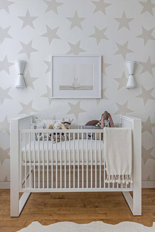 Gender-neutral baby nursery inspiration. 5 TOTALLY ACHIEVABLE GENDER-NEUTRAL BABY NURSERY LOOKS + HOW TO GET THEM - Find out how to re-create this beautiful gender-neutral nursery by Sissy + Marley. So adorable! #babynursery #nurserydecor
