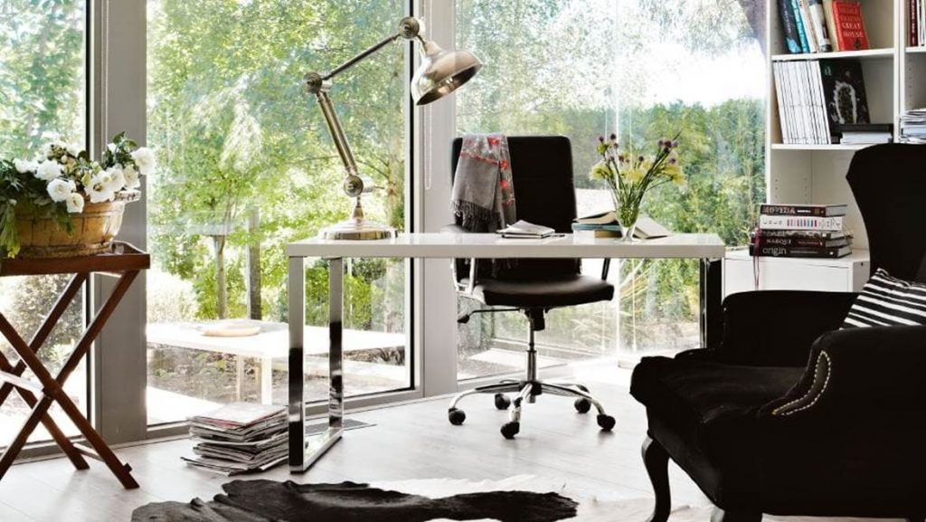 5 MINIMALIST HOME OFFICE WORKSPACE PRODUCTIVITY BOOSTING TIPS – Hey, Djangles. heydjangles.com. Modern minimal home office with ergonomic desk chair, silver/brass goose neck desk lamp and windows. Photograph by Amelle Habib. #minimalistdecor #minimalism #homeofficeinspiration