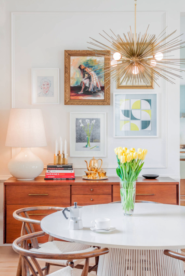 ROUND-UP: GOLD/BRASS MID-CENTURY MODERN CHANDELIER LIGHTING - heydjangles.com - 15 gorgeous options, from Sputnik chandeliers, bubble lights, branch lighting and more. Who doesn't love a good Mid-century modern statement chandelier?! So much drama! Photo credit: Melissa Miranda Interior Design #midcenturymodern #statementlighting #drama