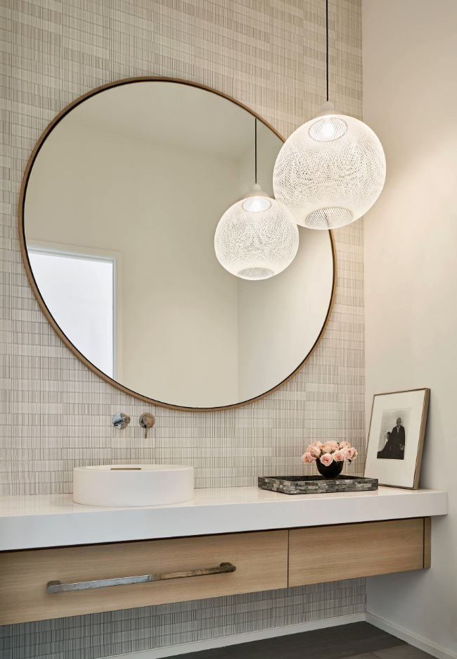 20+ WAYS TO STYLE AN OVERSIZED GOLD ROUND WALL MIRROR – heydjangles.com – in entryways, bathrooms, bedrooms, living rooms and more, the oversized round wall mirror is just so chic and versatile! See how over 20 designers have styled this popular home décor piece incl. in this gorgeous interior by Coats Homes. Large round wall mirror inspiration, round gold mirror ideas, round wall mirror decorating ideas.