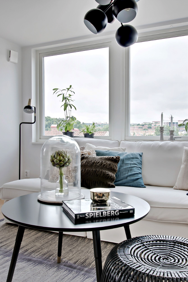 ROUND-UP: Black Round Coffee Tables - 11 Stylish Options – heydjangles.com – Sleek and sexy, bold yet soft, add contrast to neutral décor palettes with black accent pieces, black coffee table ideas, round coffee table inspiration, home décor ideas. Photo credit: Lundin Fastighetsbyrå.