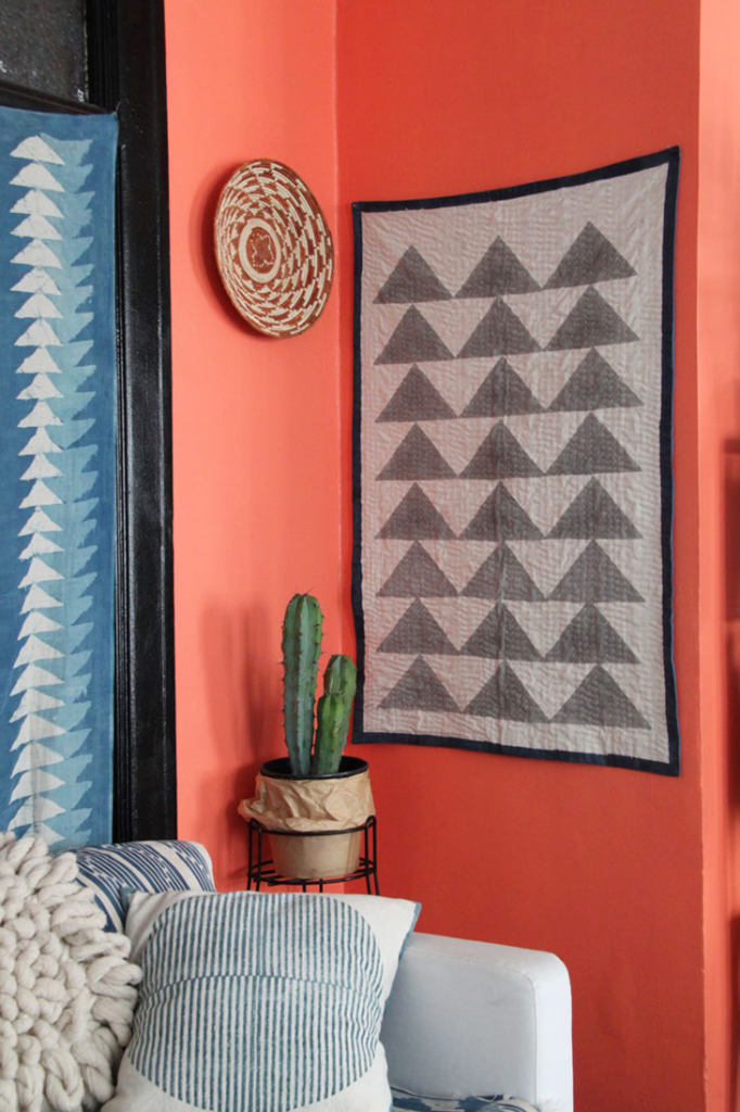 DECORATING WITH LIVING CORAL, PANTONE COLOR OF THE YEAR 2019 – heydjangles.com – Bright, bold and oh so eye-catching, Living Coral has been announced as Pantone Color of the Year 2019 and we couldn't be happier! Find out how to decorate your home with this gorgeous hue right here. Coral decorating ideas, coral design inspiration, coral aesthetic, coral home decor. Image credit: Design Sponge. #pantonecoloroftheyear2019 #coraldecor #coralaesthetic