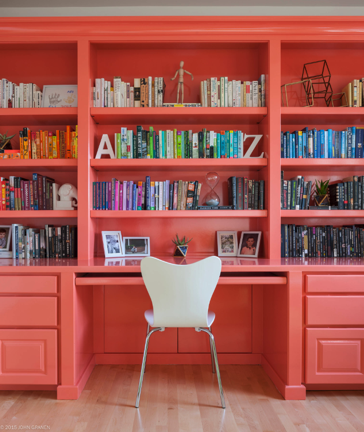DECORATING WITH LIVING CORAL, PANTONE COLOR OF THE YEAR 2019 – heydjangles.com – Bright, bold and oh so eye-catching, Living Coral has been announced as Pantone Color of the Year 2019 and we couldn't be happier! Find out how to decorate your home with this gorgeous hue right here. Coral decorating ideas, coral design inspiration, coral aesthetic, coral home decor. Image credit: Kimberlee Marie Interior Design, John Granen. #pantonecoloroftheyear2019 #coraldecor #coralaesthetic