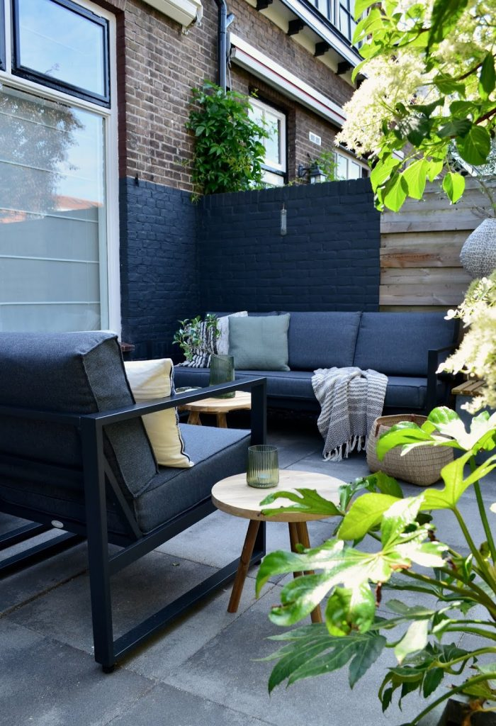 TREND: COLOR BLOCKED WALLS & DIPPED DECOR - heydjangles.com, color-blocked external brick wall, modern patio design. For more color blocked wall ideas, check out our latest post. Image: From Pillar to Post.